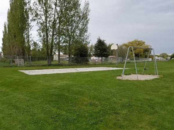 Basketball court and swingset courtesy of elico3000↗