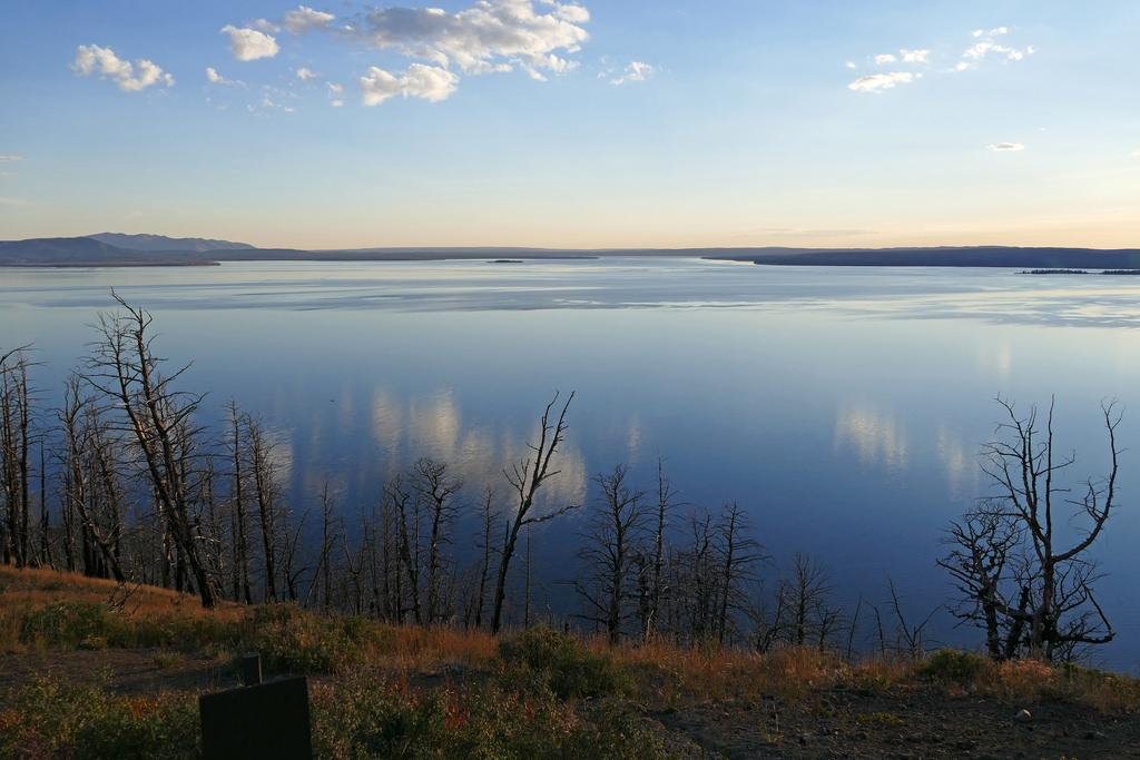 Yellowstone Lake Overlook courtesy of https://www.flickr.com/photos/yellowstonenps/20454184082↗